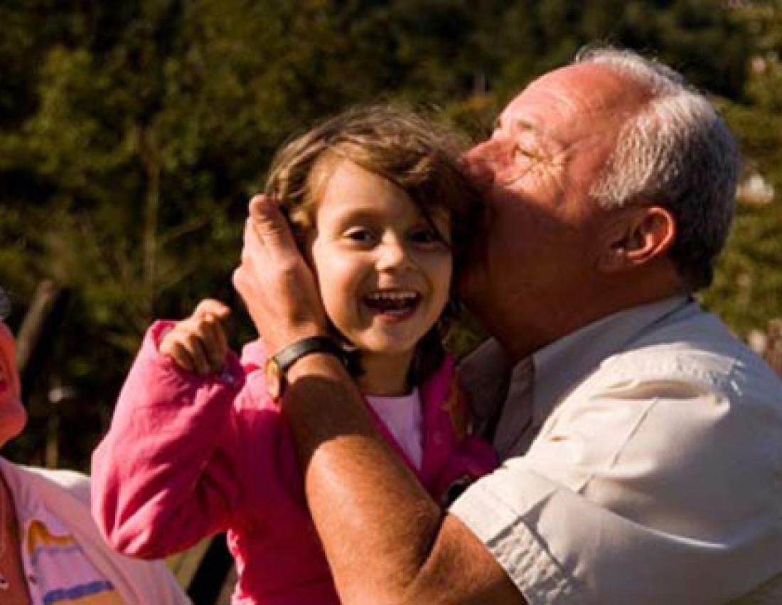 Старый дед трахает любимую молоденькую внучку 1 фотография